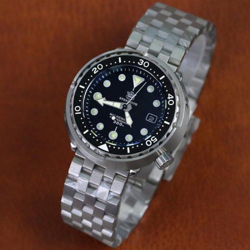 Steeldive 1975 Taucheruhr Tuna, Schwarz, 5-Link Armband